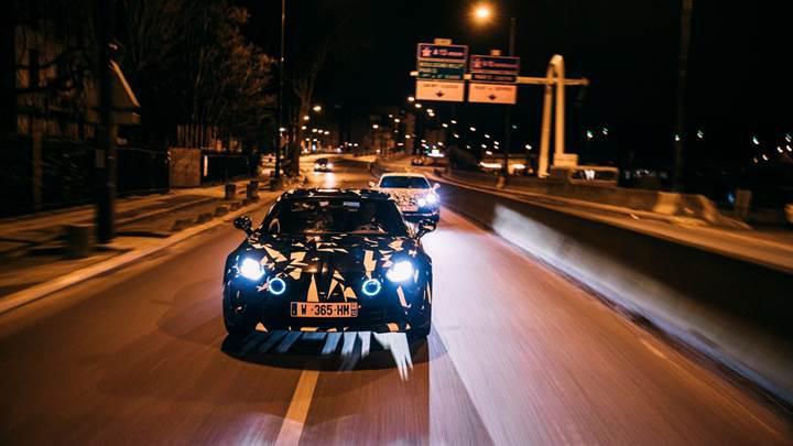 Alpine A120 prototipleri Paris'te gece turu attı