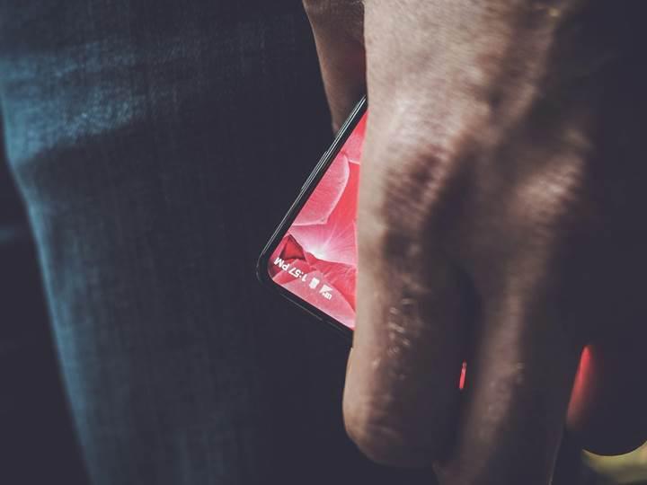 Android'in babası Andy Rubin'in çerçevesiz telefonu heyecan yarattı
