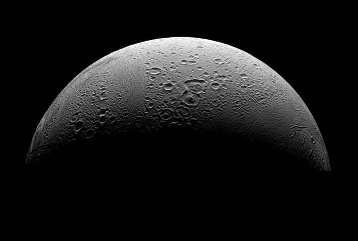 Enceladus'ta yaşam için gerekli olan temel şey keşfedildi
