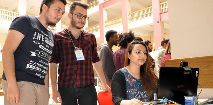 Türk öğrencilerden göz bebeğiyle kontrol edilen tekerlekli sandalye