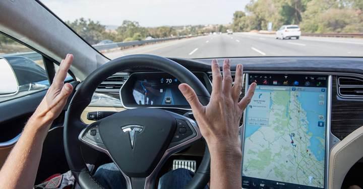 Tesla ve diğer otomobil üreticileri, sürücülerin ellerini direksiyonda tutmaya çalışıyor
