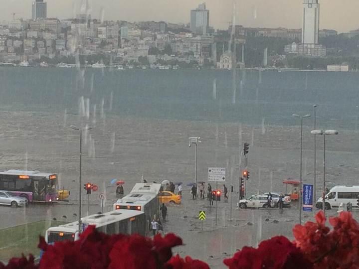 İstanbul'da metrekareye ortalama dört damacana yağmur yağdı