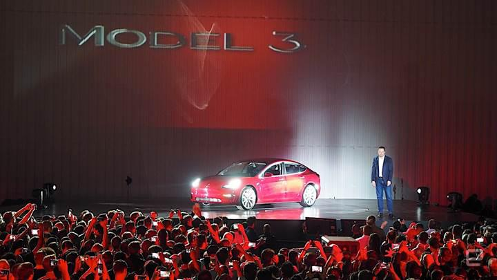 Tesla ilk Model 3'leri sahiplerine teslim etti