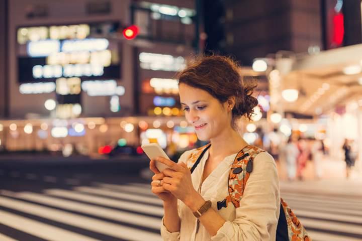 Honolulu'da akıllı telefonlarına bakarak yürüyen yayalara ceza kesilecek