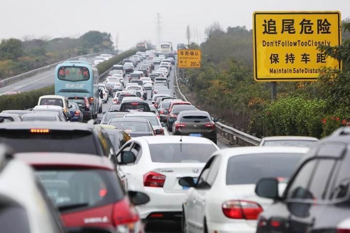 Çin benzinli ve dizel otomobillerin satışını yasaklamaya hazırlanıyor