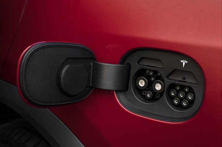 Tesla, çift bağlantı destekli yeni şarj portunu duyurdu