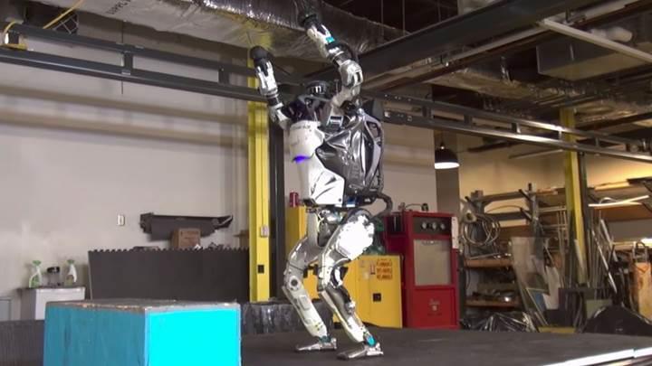 Atlas robot kendini aştı: Artık havada ters takla atabiliyor