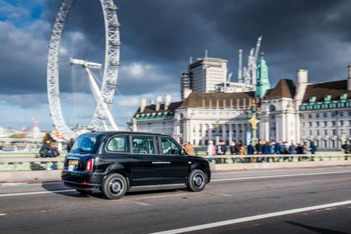 Elektrikli siyah taksiler Londra sokaklarına çıkıyor
