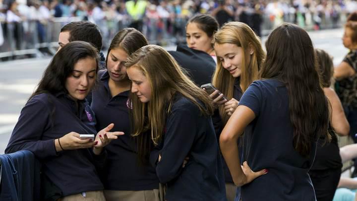 Fransa okullarda cep telefonunu yasaklıyor