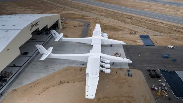 Dünyanın en büyük uçağı sonunda piste çıktı