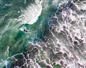 Şubat ayının soğuğunda cesaretli bir sörfçü. Sanatçı: jcourtial