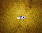 Kurumaya yüz tutan Burke Gölü'nde beyaz bir tekne...  Sanatçı: MiloAllerton