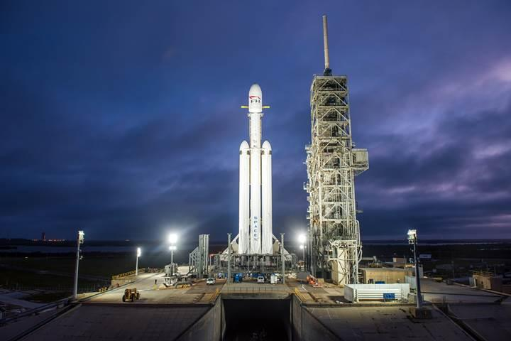 Elon Musk'ın Roadster'ını Mars'a taşıyacak olan roket bugün ilk kez ateşlenecek