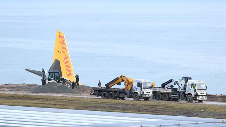 Pistten çıkan Pegasus uçağı vinçlerle kayalıklardan çıkarıldı