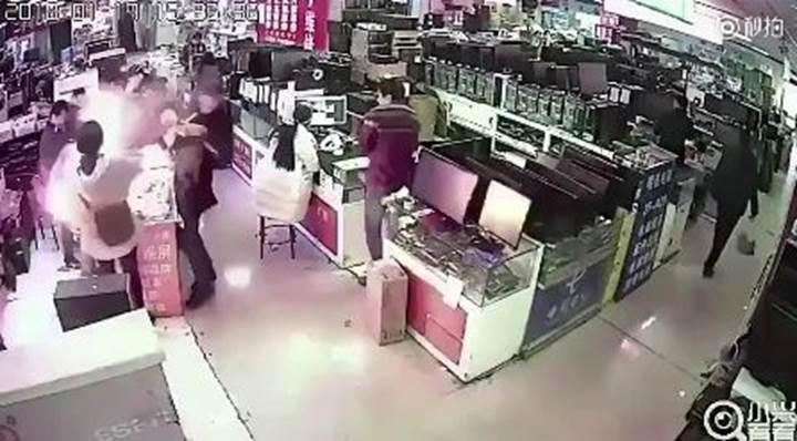 iPhone X'u ısıran müşteri mağazayı havaya uçurdu!