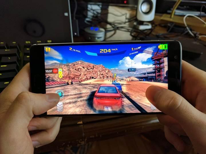 ZTE'den 4 fanlı oyuncu odaklı telefon