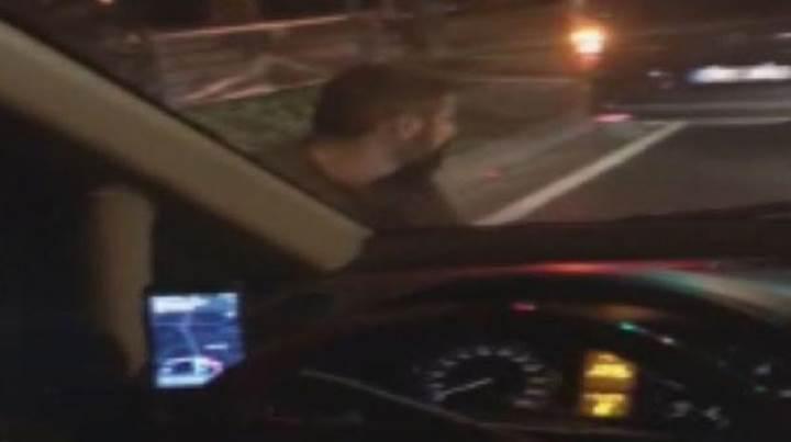 Taksici, içerisinde müşteri olan UBER aracına bıçakla saldırdı