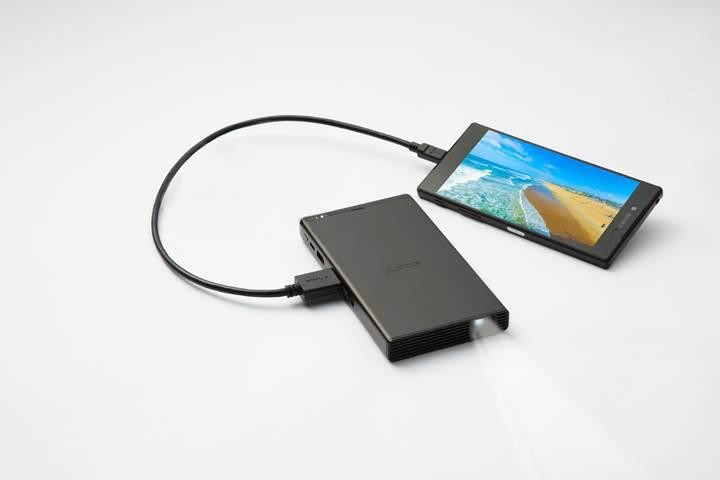 Akıllı telefon büyüklüğündeki Sony MP-CD1 mobil projektör Türkiye'ye geldi