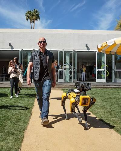 Dünyanın en zengin insanı Jeff Bezos ''robot köpeğiyle'' yürüyüşe çıktı