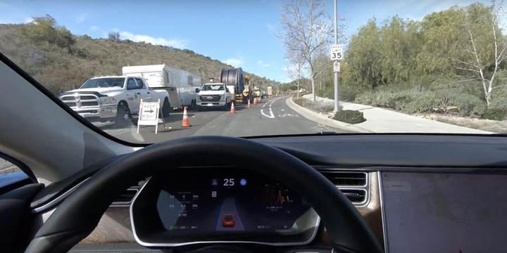 Tesla'nın AutoPilot'u yol çalışması engelini başarılı bir şekilde geçti