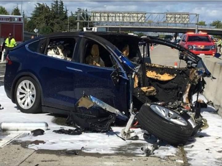 Tesla, Model X kazasında sürücünün hatalı olduğunu söylüyor