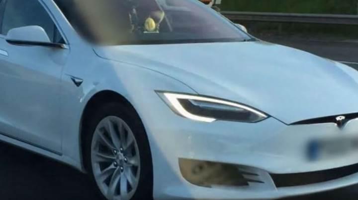 Tesla sürücüsü aracını otomatik pilota alarak yolcu koltuğuna geçti [video]