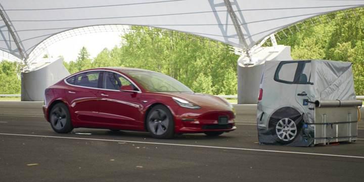 Tesla Model 3'ün fren sistemi sınıfta kaldı