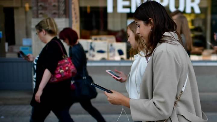 Çin'deki bir AVM'de akıllı telefon bağımlıları için yürüyüş şeridi oluşturuldu