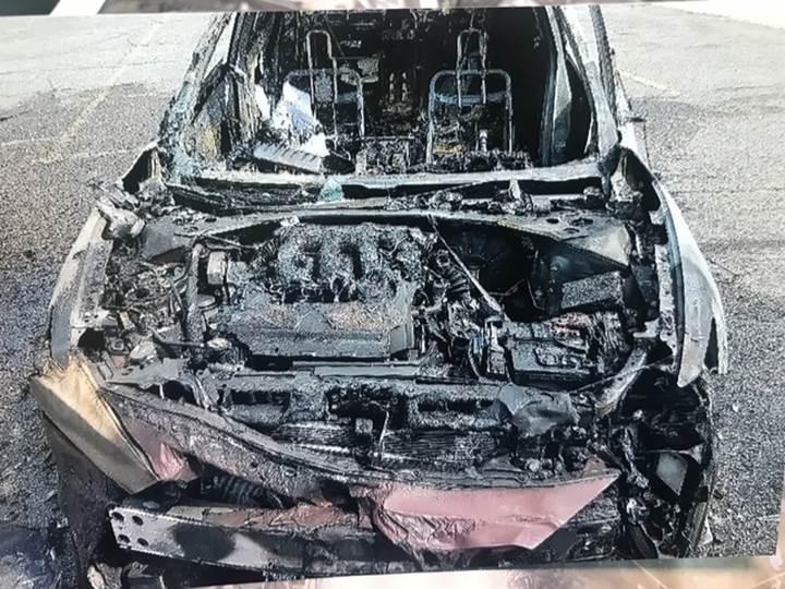 Samsung marka cep telefonu patladı, araba alev topuna döndü!