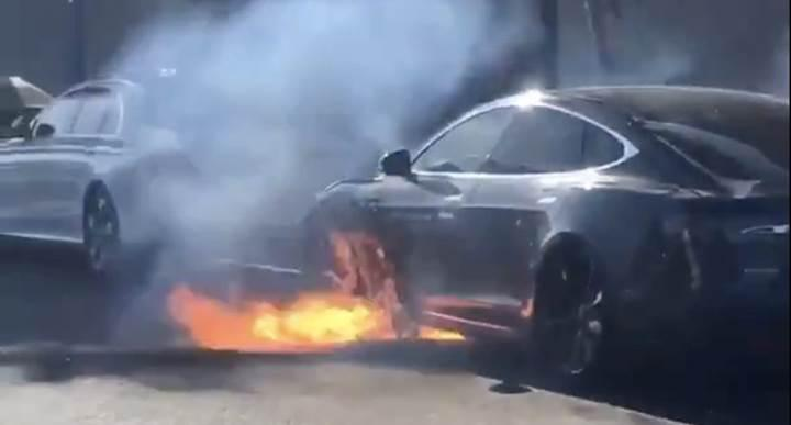 Tesla Model S seyir halindeyken bir anda alev aldı