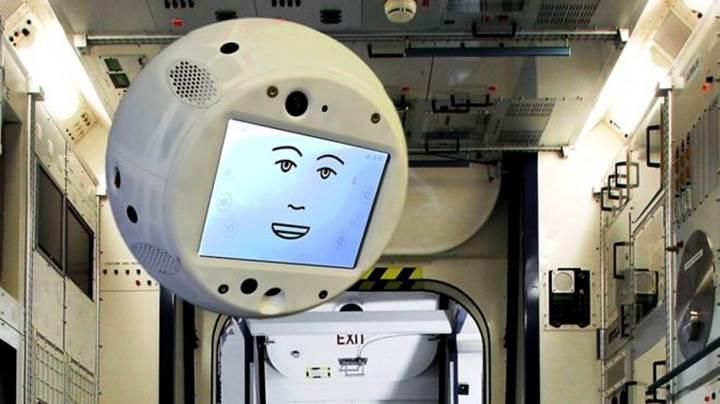 ISS'in yeni üyesiyle tanışın: İşte yapay zekalı 'süzülen' robot CIMON