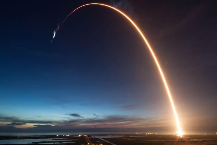 SpaceX'in uzaya fırlattığı Falcon 9, gökyüzünü işte böyle aydınlattı