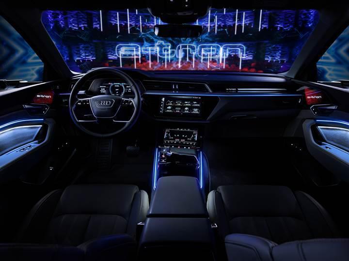 Kapı içlerinde bile ekran var! İşte Audi E-Tron'un etkileyici kabin fotoğrafları