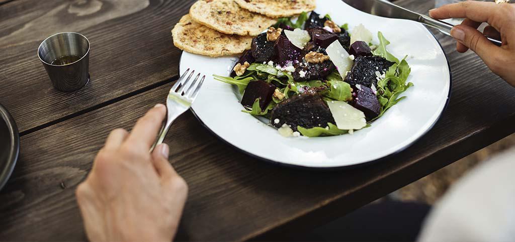 Geç saatte yemek yemeyi sevenler dikkat! Kanser riski %20 artıyor