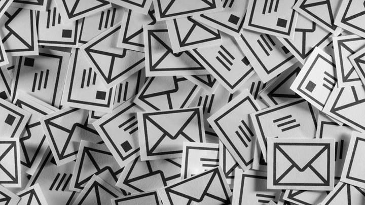Yahoo ve AOL e-posta kutularını tarayarak reklam şirketlerine satıyor