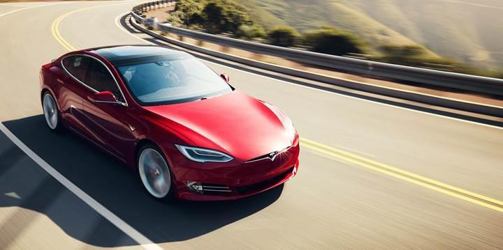 İtfaiye aracına çarpan Model S sürücüsü Autopilot'u suçlayarak Tesla'ya dava açtı