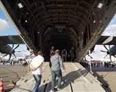 Ziyaretçiler bu uçağın içerisine girip fotoğraf çekebiliyor.