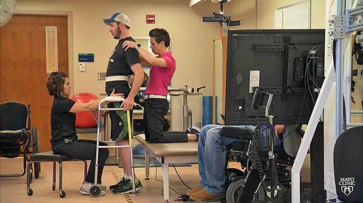 Omurilik implantı, felçli hastaların yeniden yürümesini sağlıyor