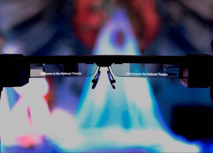 İşitme kaybı olanların altyazıları görmesini sağlayan akıllı gözlük