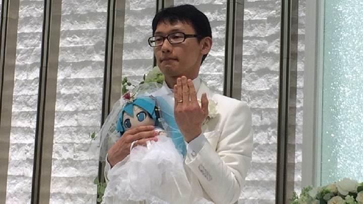 Japonya'da bir adam hologram şarkıcıyla evlendi