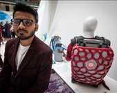Hindistan Teknoloji Enstitüsü'nden Risbagh Singh ve Hintli hamalların yükünü hafifletmek için tasarladığı sırt çantası.