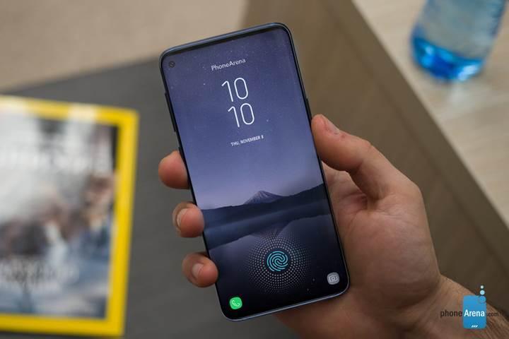 Çift ön kameralı Galaxy S10+'un ekran tasarımı daha farklı olacak