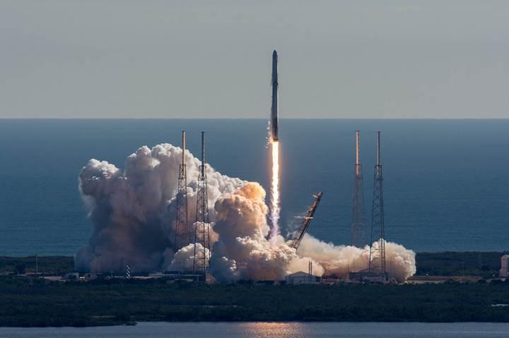 Elon Musk, Falcon 9'un suya düşme anlarını paylaştı (VİDEO)