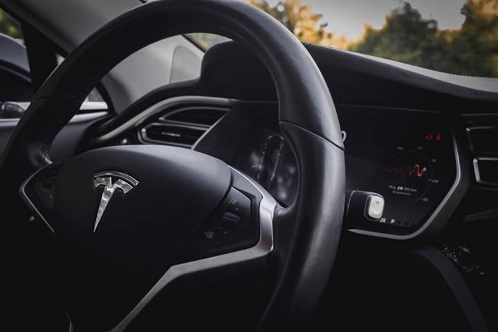 Tesla, dijital ürün müdürünü Google'a kaptırdı