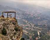 Brian Capper, Arz-Lübnan Allah Sediri'nde hünerlerini sergiliyor.