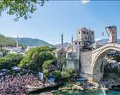İngiliz Owen Weymouth,Bosna-Hersek Mostar'da düzenlenen Red Bull Yamaç Dalışı Dünya Serisi'nin 6. etap son yarışma gününde Mostar Köprüsüne kurulan 27 m'lik platformdan atlarken.