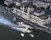 Avustralya'dan Matt Hall, Macaristan'ın başkenti Budapeşte'de düzenlenen Red Bull Hava Yarışı Dünya Şampiyonasında 4. etap öncesi şehir turu atıyor.