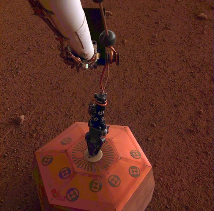 InSight, Mars yüzeyine ilk aygıtını yerleştirdi