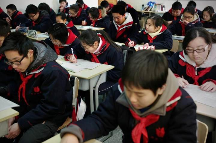 Çin'deki okullar, üniformalara yerleştirilmiş GPS alıcılar ile öğrencileri takip ediyor