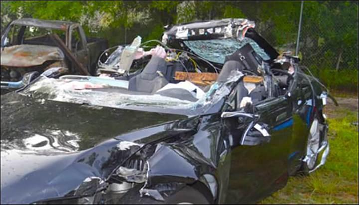 Tesla hız limitlerine uymadığı için kaza yapmış